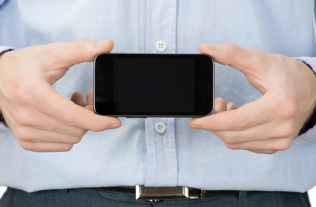 Mãos segurando um celular isolado no branco
