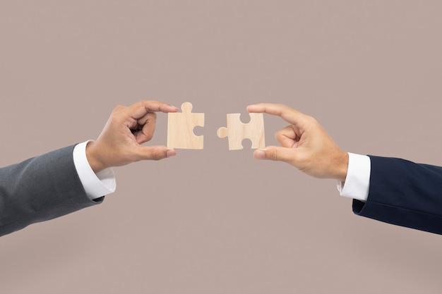 Mãos segurando um conceito de resolução de problemas de negócios de quebra-cabeça