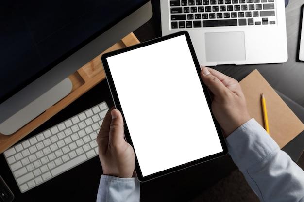 Mãos segurando um dispositivo com tela de toque de tablet digital mock up isolado e tablet pc com tela branca em branco