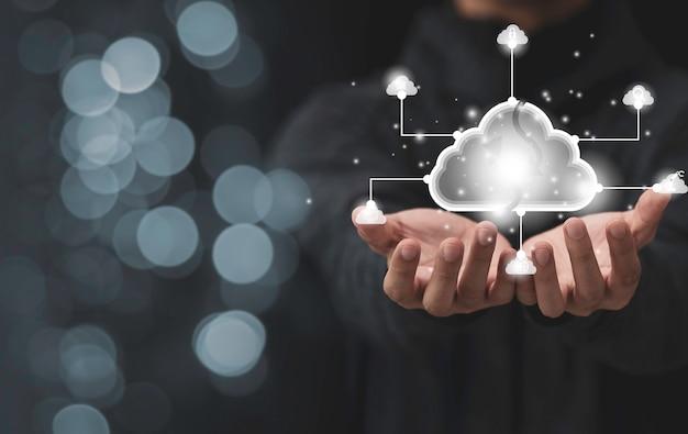 Mãos segurando um ícone de ilustração de nuvem virtual do sistema de tecnologia de nuvem