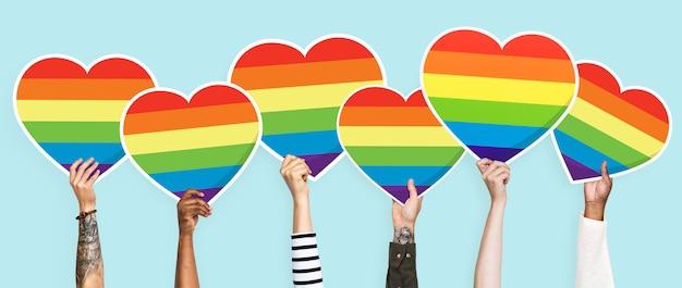 Mãos, segurando, um, lgbt, arco íris, coração, gráfico
