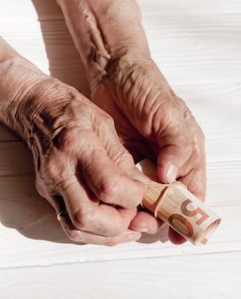 Mãos segurando um rolo de notas