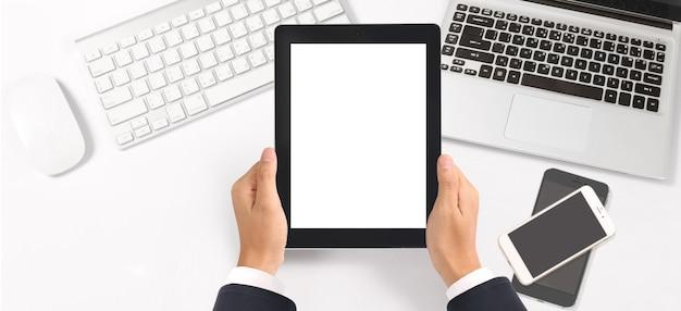Mãos segurando um tablet no escritório