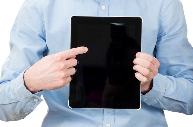 Mãos segurando um tablet tocam em um gadget de computador com tela isolada