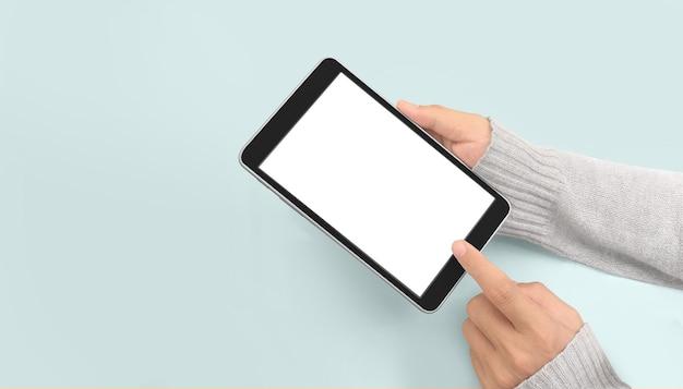Mãos segurando um tablet tocam o gadget de computador com isolado