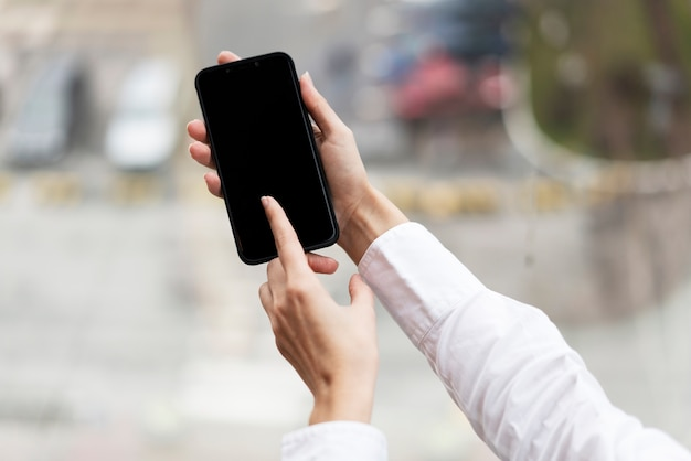 Mãos segurando um telefone móvel moderno
