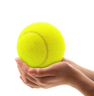 Mãos segurando uma bola de tênis