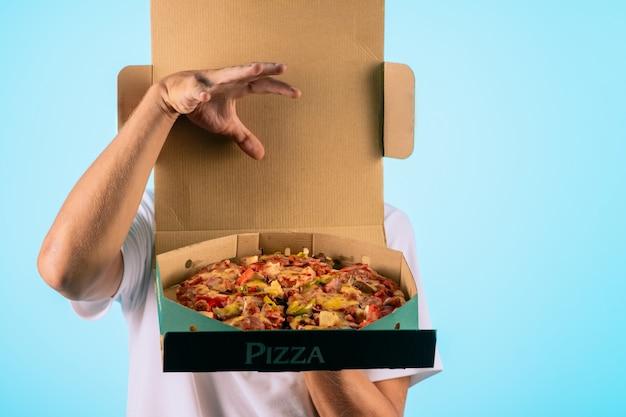 Mãos segurando uma caixa com pizza