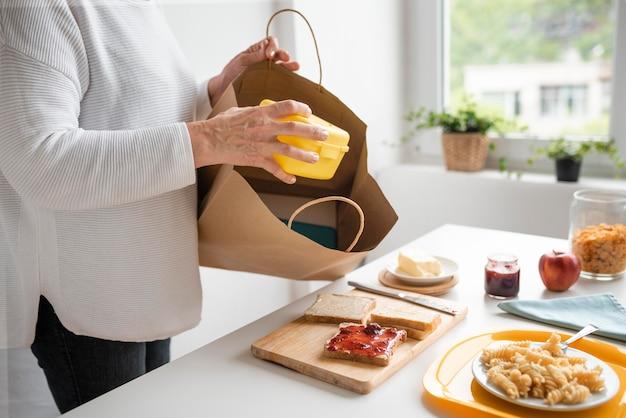 Mãos segurando uma caixa de comida de perto