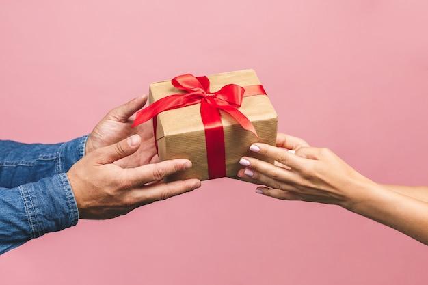 Mãos segurando uma caixa de presente
