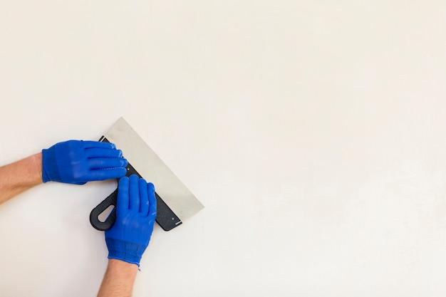 Mãos segurando uma espátula com espaço de cópia