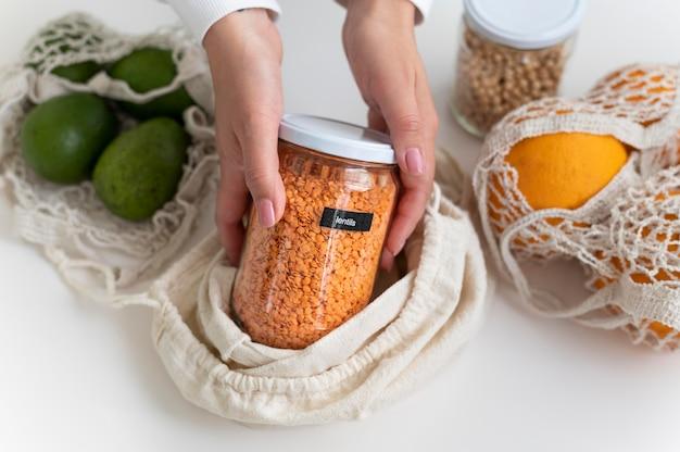 Mãos segurando uma jarra de perto