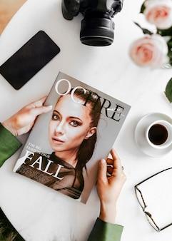 Mãos segurando uma revista de moda