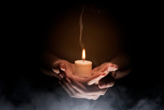 Mãos, segurando vela