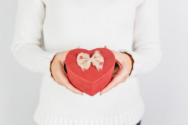 Mãos, segurando, vermelho, coração, dado forma, caixa presente
