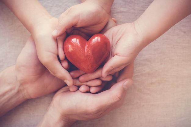 Mãos, segurando, vermelho, coração