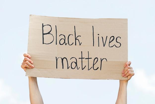Mãos segurando vidas negras importa citação no céu