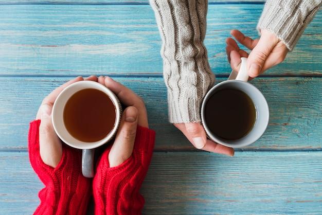 Mãos, segurando, xícaras chá