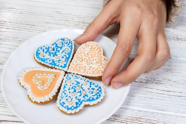 Mãos, segurar, biscoitos, em, forma, de, coração