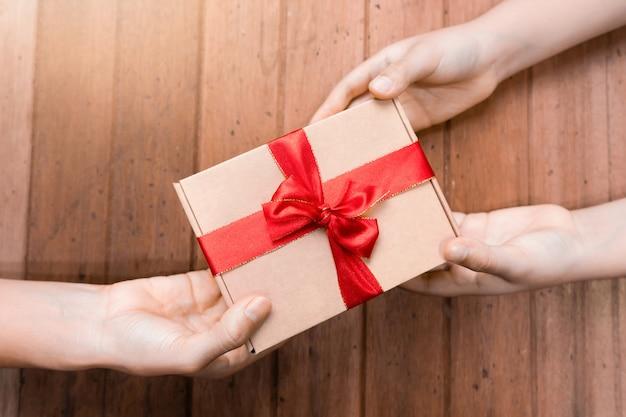 Mãos segurar presentes