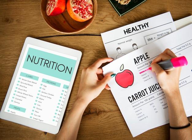 Mãos subjacentes ao texto em um papel nutricional