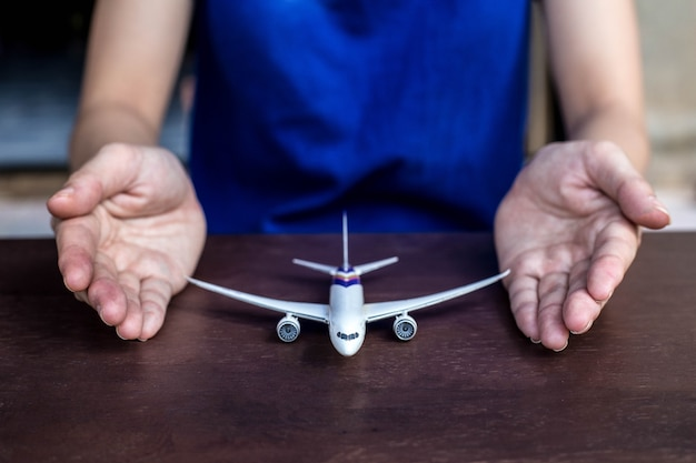 Mãos suportam modelo de avião,