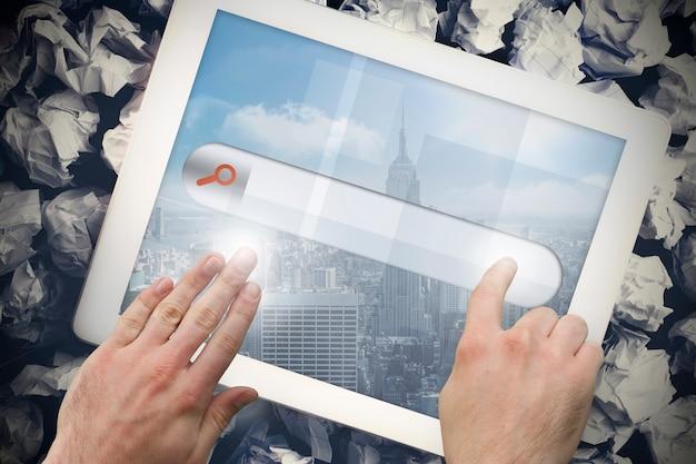 Mãos tocando a barra de pesquisa na tela do tablet
