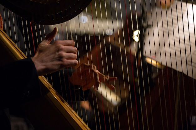 Mãos tocando a harpa