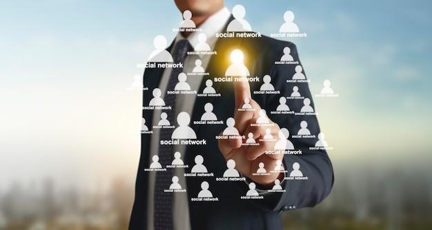 Mãos tocando a interface da tela do botão conexão global troca de dados de rede do cliente