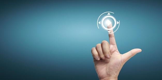 Mãos tocando interface de tela de botão conexão global troca de dados de rede