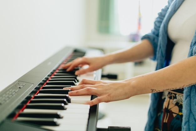 Mãos, tocando, piano