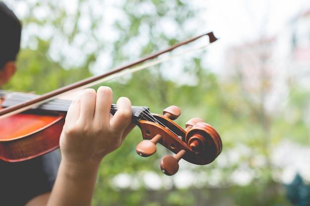 Mãos tocando violino