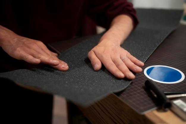 Mãos trabalhando com fita adesiva de perto
