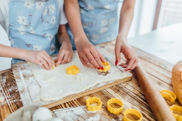 Mãos trabalhando com massa de pão de receita de preparação, formulários para assar
