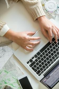 Mãos trabalhando com um laptop