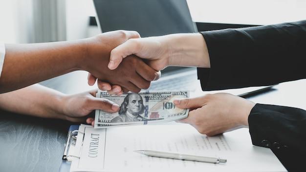 Mãos tremendo após funcionários do governo receberem dinheiro de suborno de uma empresária