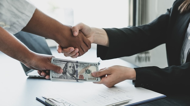 Mãos tremendo depois de funcionários do governo receberem dinheiro de suborno.