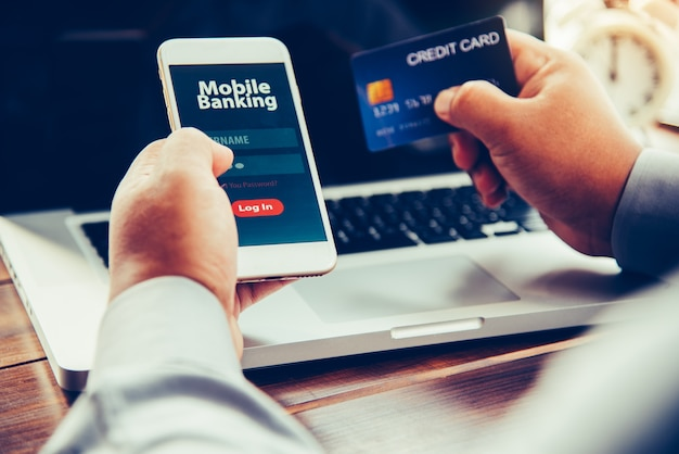 Mãos usando banco móvel em telefone inteligente