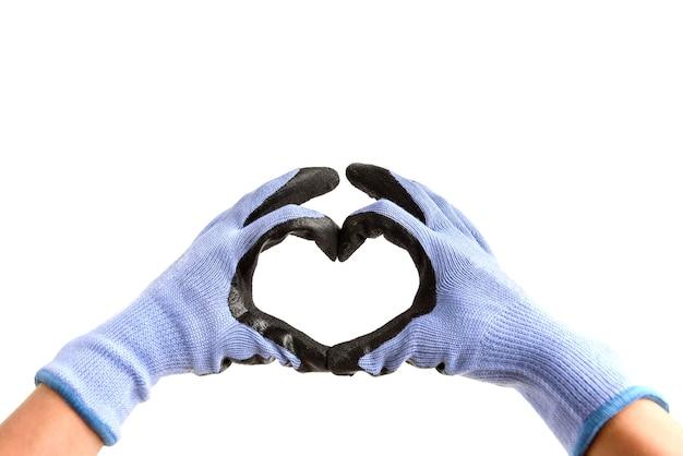 Mãos usando luvas de proteção de trabalho, fazendo formato de coração isolado no fundo branco.