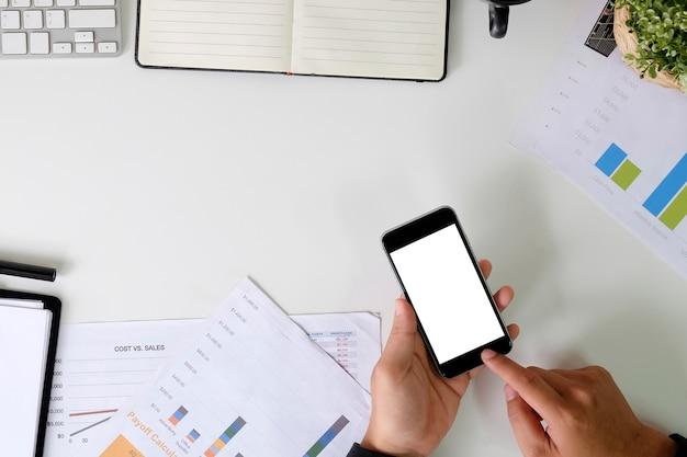 Mãos usando smartphone maquete na mesa de negócios.