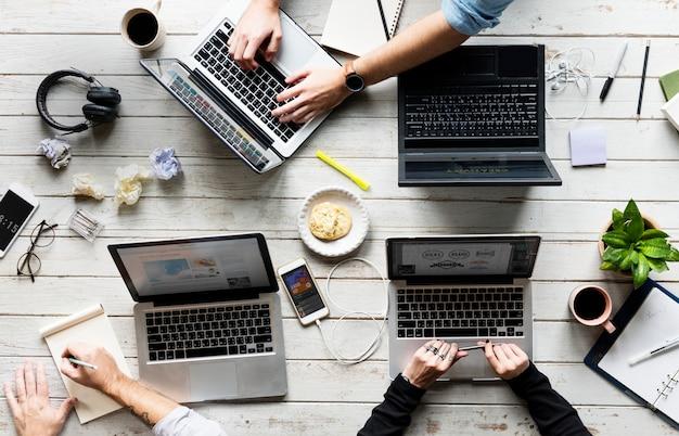 Mãos usando trabalhando no laptop no espaço de trabalho do office
