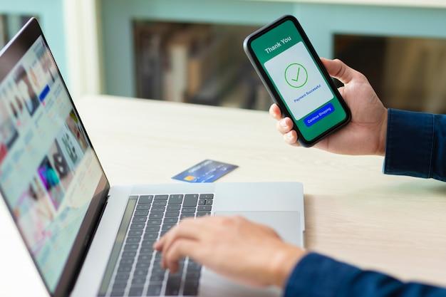 Mãos usando um smartphone para pagamento on-line