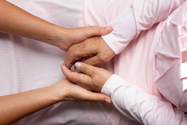 Mãos velhas e jovens; oferecendo conforto