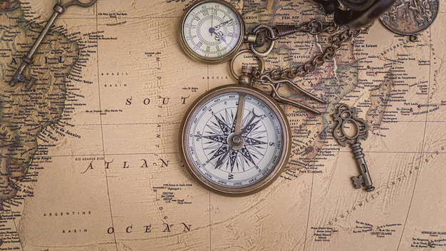 Mapa antigo com colar de bússola