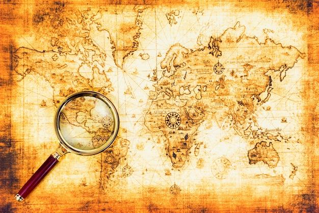 Mapa antigo com uma lupa o explorou. fundo de viagens vintage
