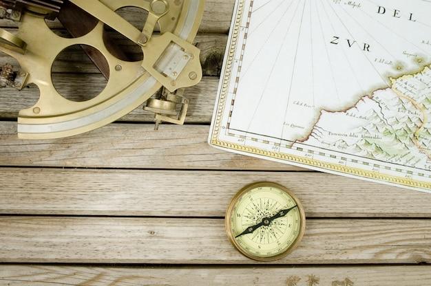 Mapa antigo sextante e bússola na madeira