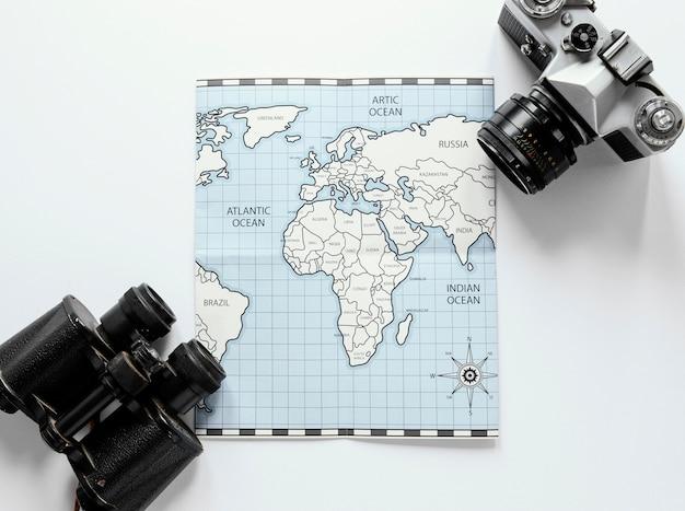 Mapa, câmera e binóculos
