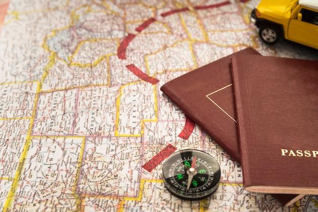 Mapa com uma rota de destino e passaportes