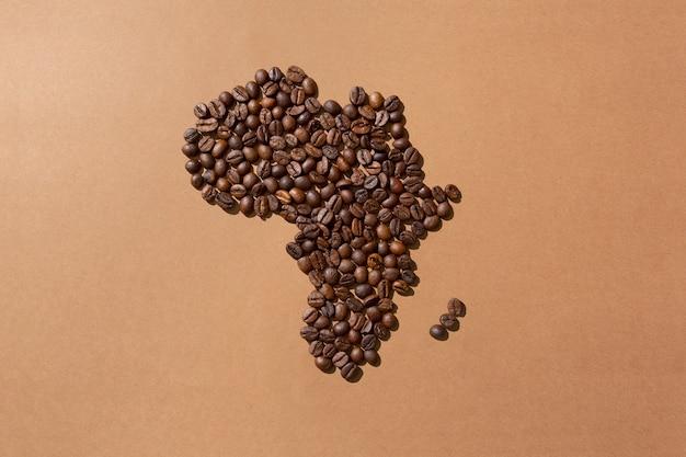 Mapa da áfrica feito com grãos de café na superfície marrom
