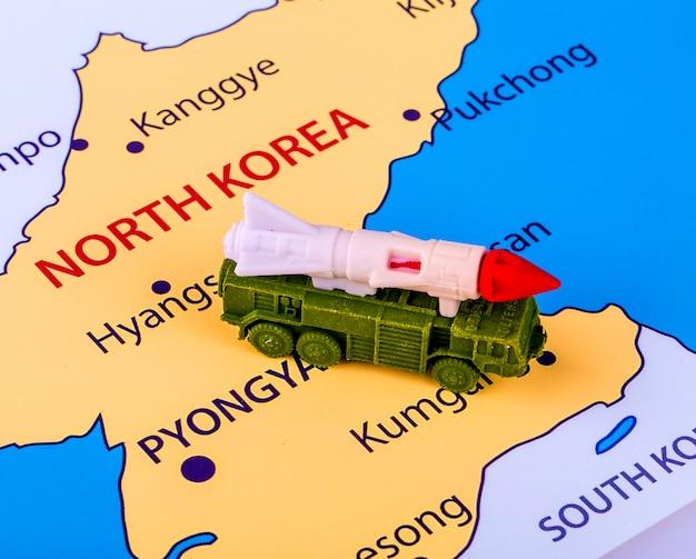 Mapa da coreia do norte com uma máquina militar com um míssil intercontinental